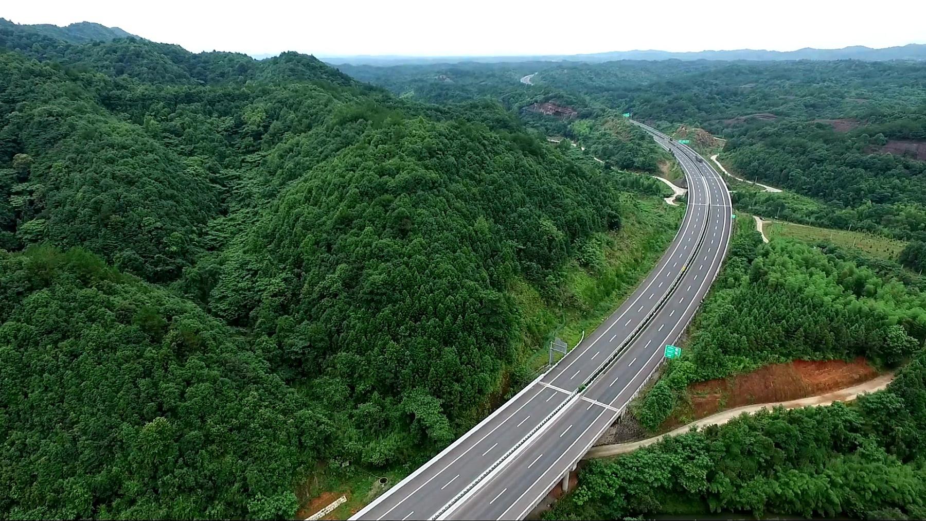从鸟瞰公路穿过群山