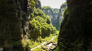 阳光在中国武隆岩溶山区的运动时移