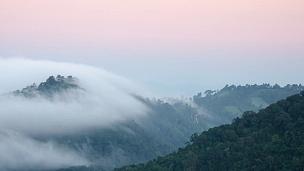 山上移动的薄雾的延时