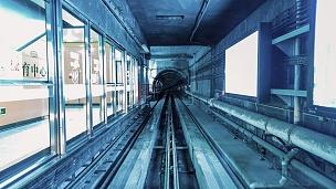 地铁开往城市的T/L运动模糊