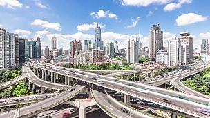 上海市中心道路交叉口交通繁忙。时间间隔