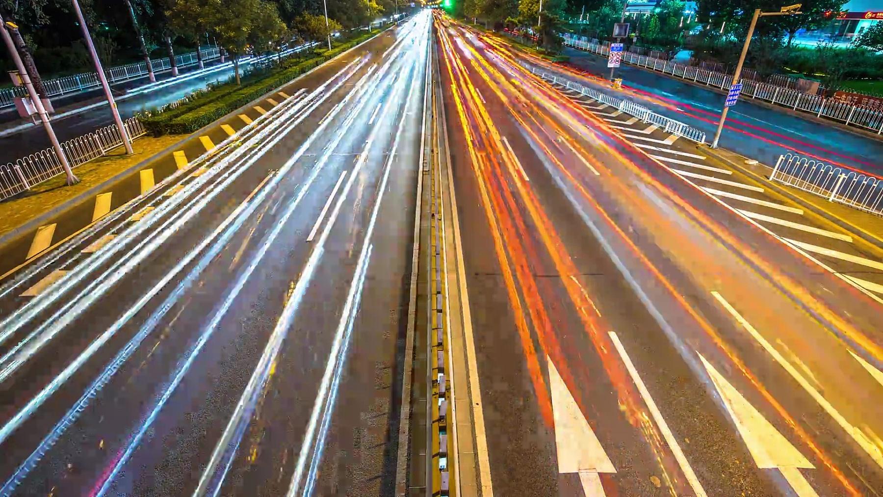 夜晚时光流逝的现代城市中心区繁忙的道路