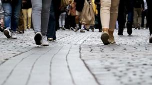 走在街上的人群的脚步