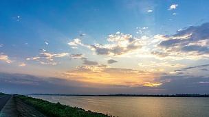 云天中美丽的河流时光流逝