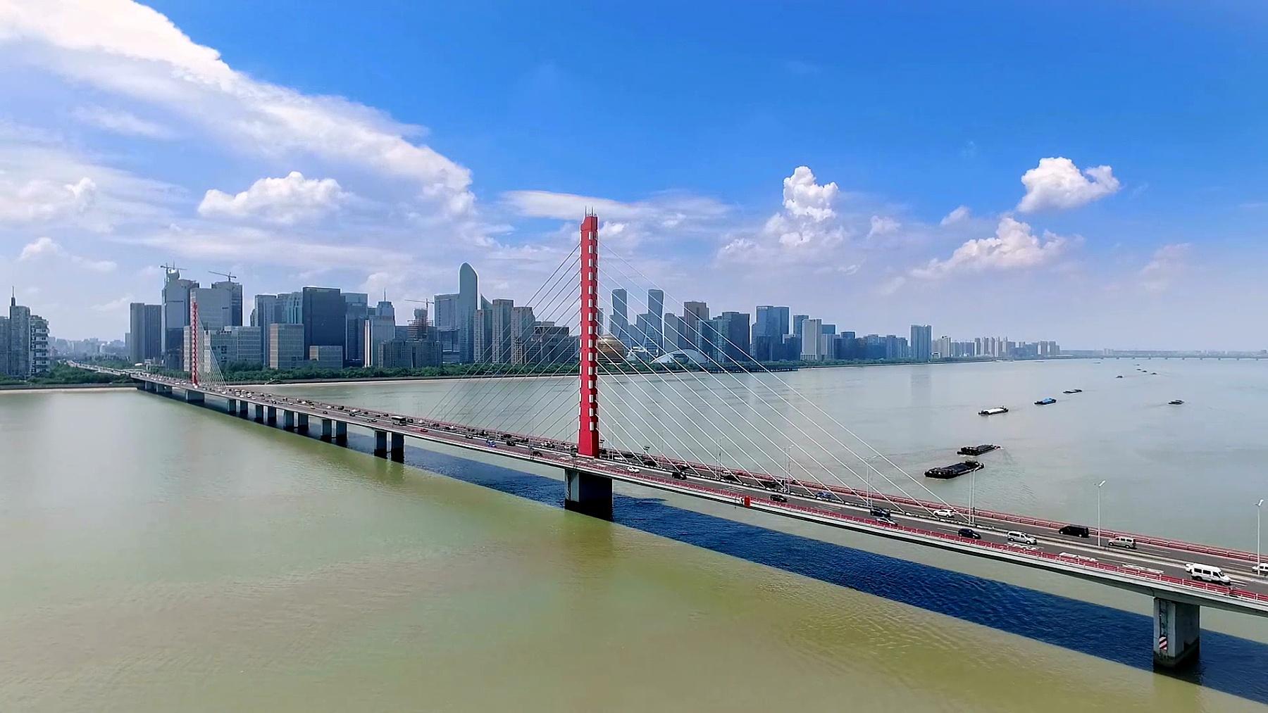 江桥与蓝天现代城市景观