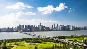 现代河上悬索桥与现代城市景观的延时摄影