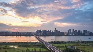 现代滨水城市延时摄影的桥梁与城市景观