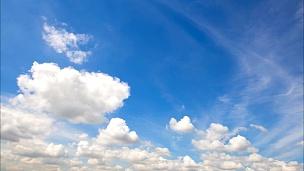 天空中有云
