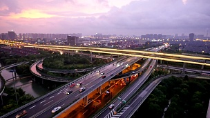 黄昏时分杭州道路上交通繁忙。时间间隔