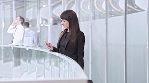DS女商人在公司走廊与同事会面