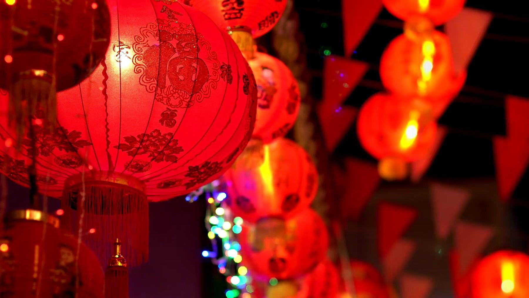 中国新年灯笼在唐人街,祝福文字意味着好的财富和健康。