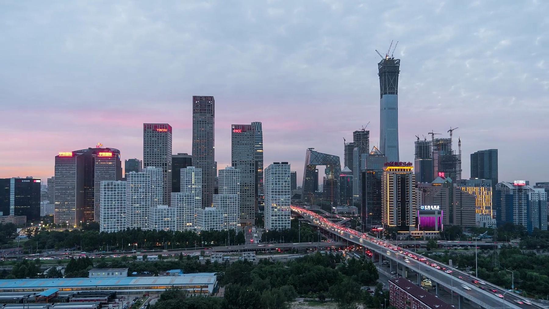T/L WS ZI北京天际线高架视图,黄昏到夜晚