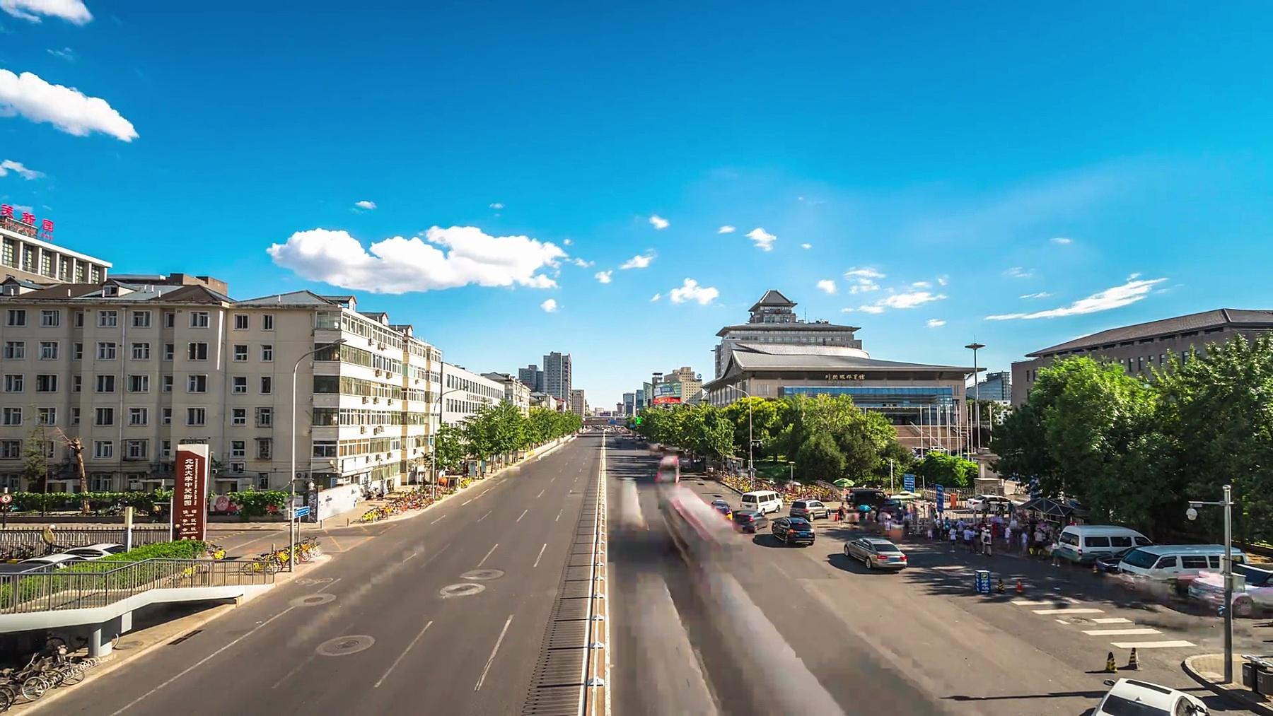繁忙的道路与现代城市中心区的现代建筑延时摄影