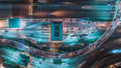 城市街道上夜间交通的延时,超延时。高速公路上交通的鸟瞰和俯视图, 。