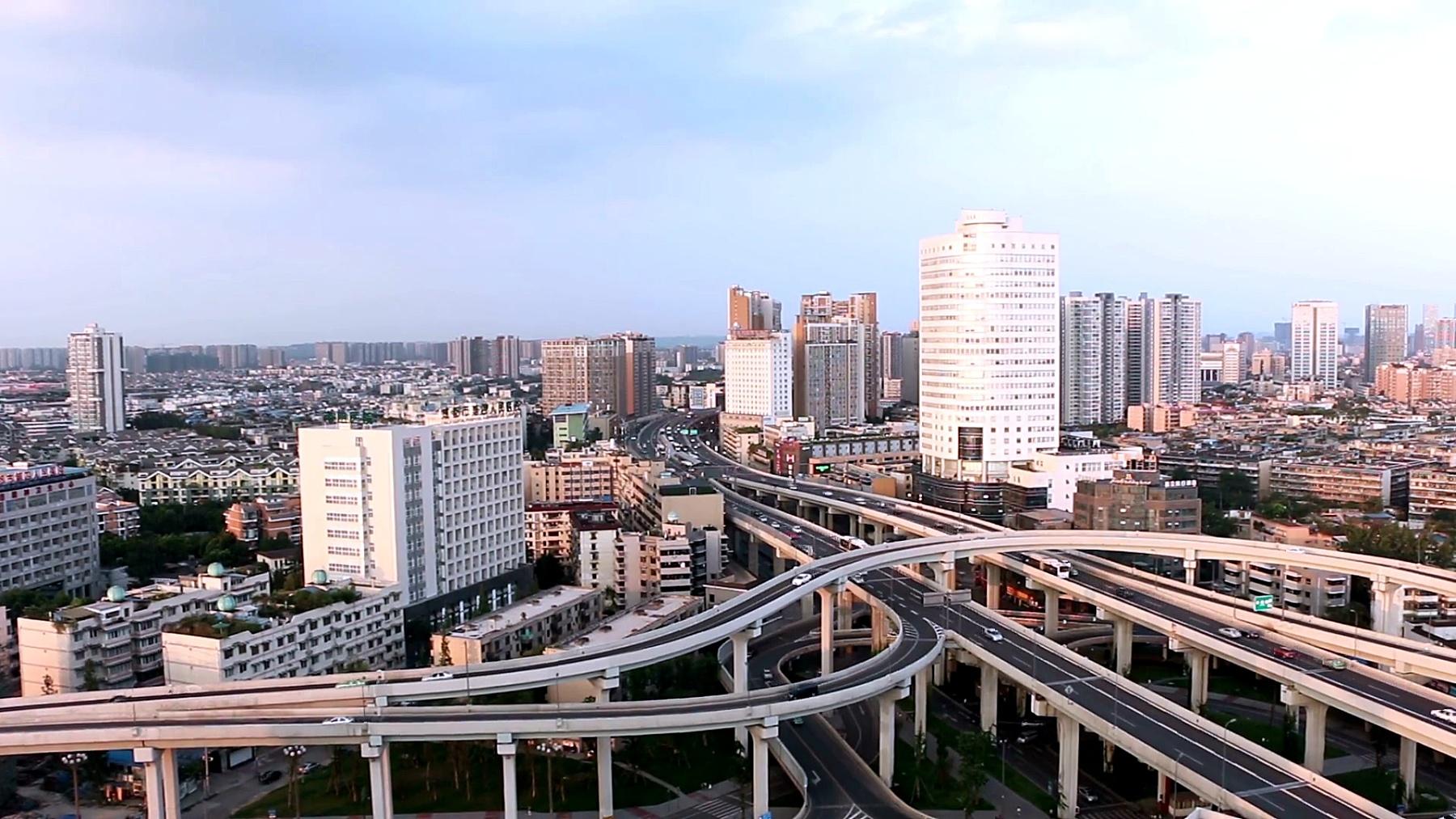 天际线和繁忙的交通在成都的高架路,实时。