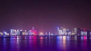 现代城市中靠近河流的现代建筑在夜间。延时