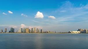 蓝云天中近河现代城市的城市景观时光流逝