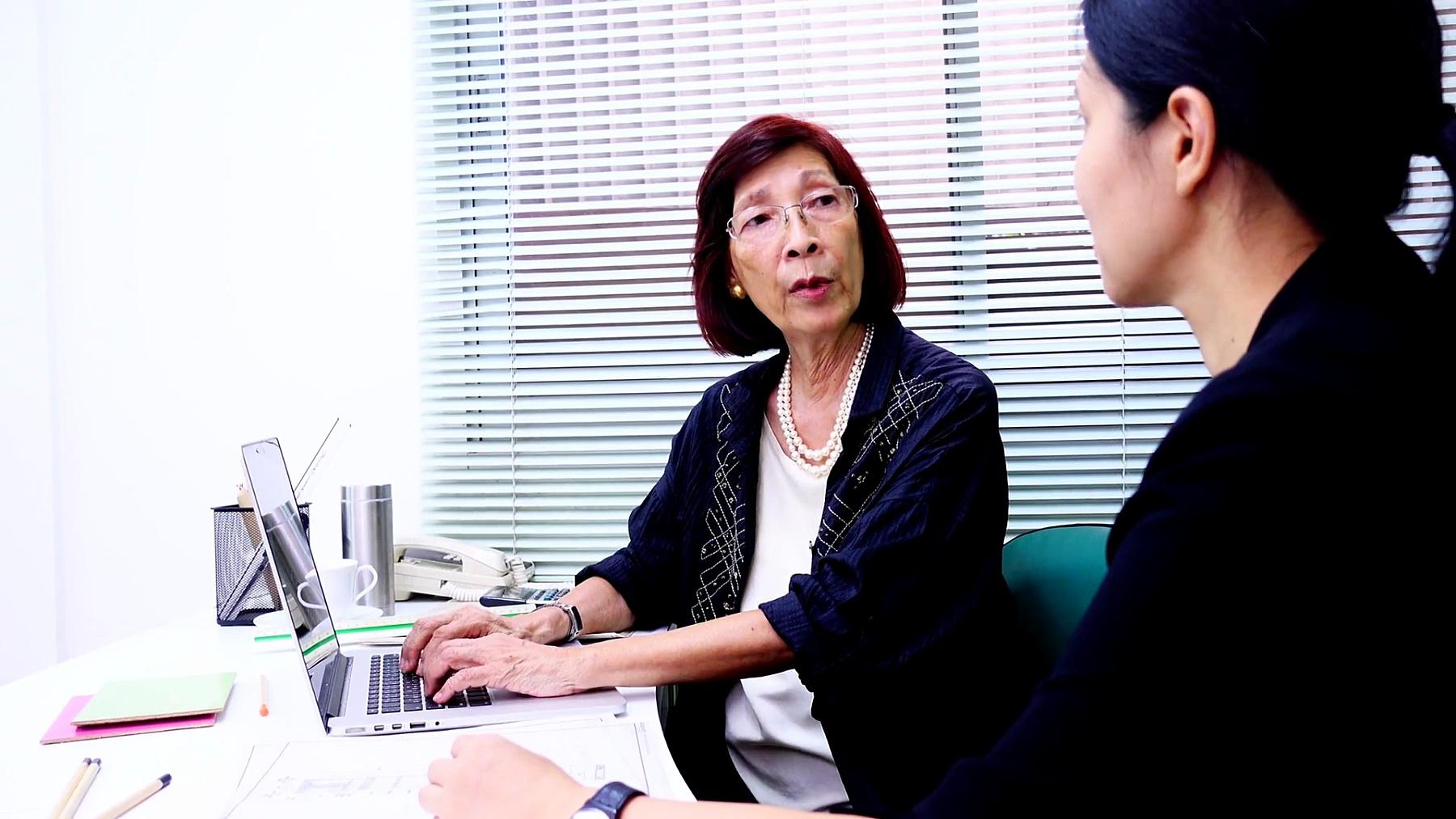 高级和年轻商务女性在办公室工作