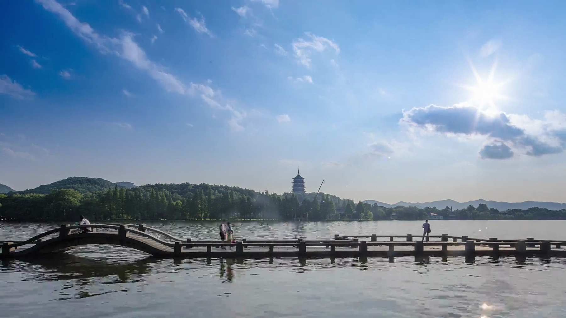桥在西湖,山与塔在蓝天。时间间隔