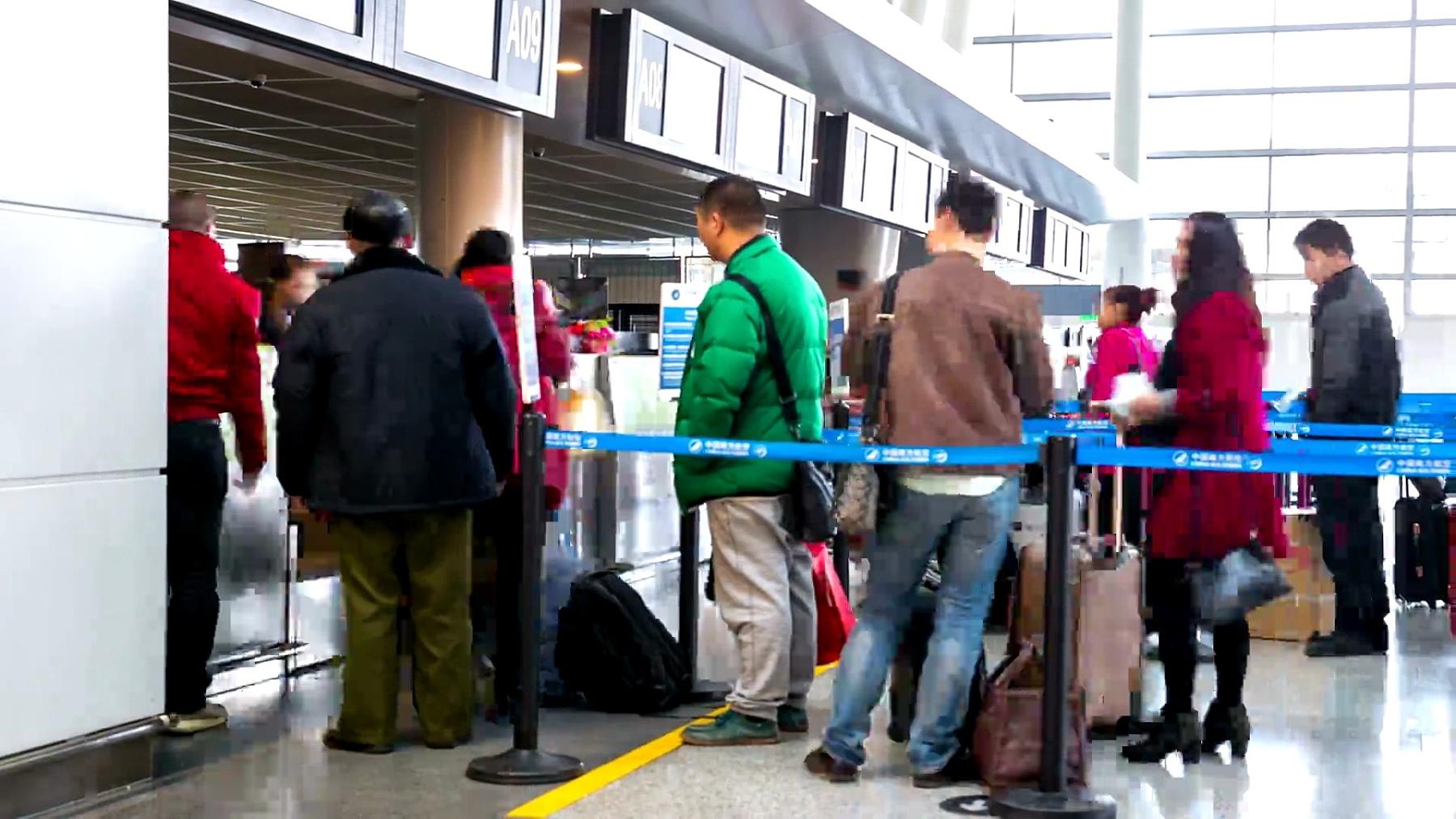 通勤旅客在机场出发航站楼的延时摄影