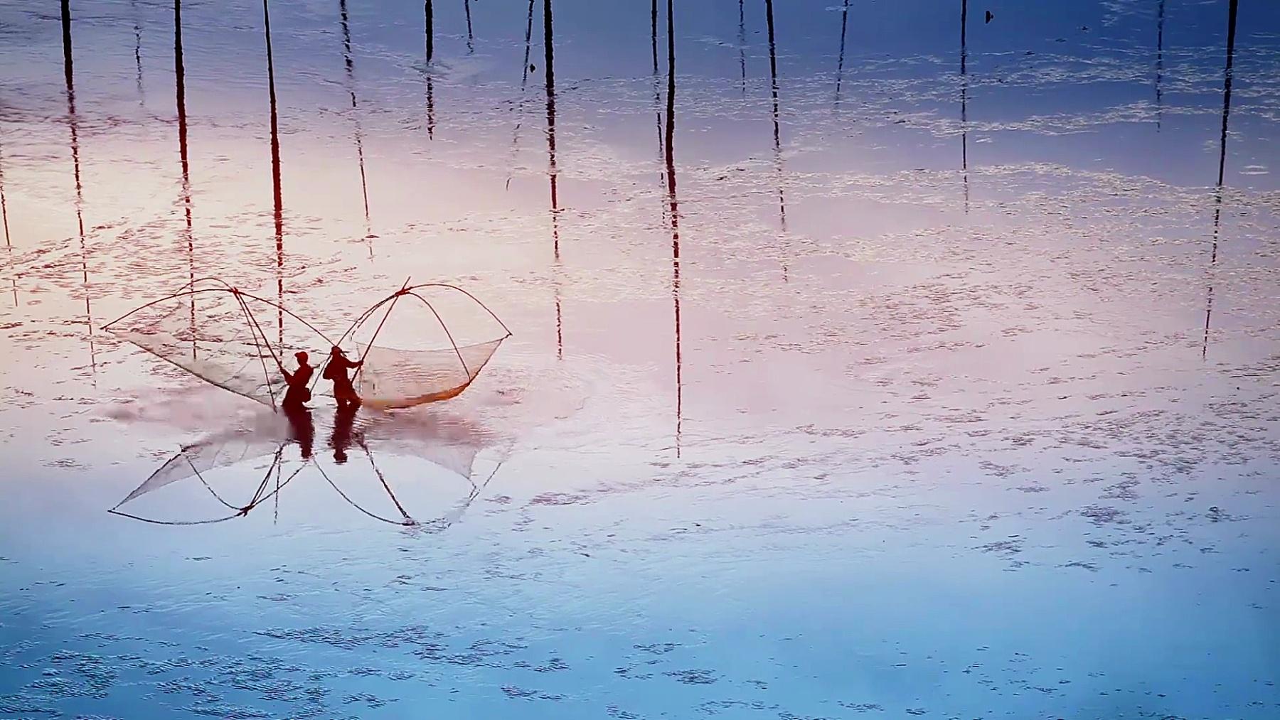 中国福建省霞浦,在泥滩上工作的渔民。