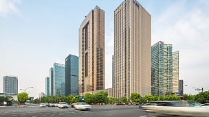 现代城市市中心的现代建筑。延时