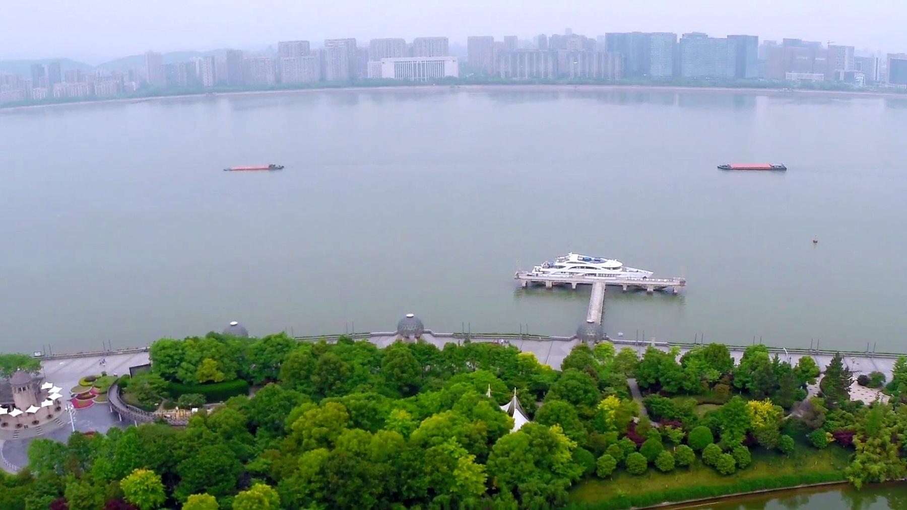 杭州现代城市的天际线和河上游船。