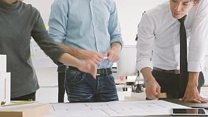 在建筑师工作室里一起工作的富有创意的建筑师团队