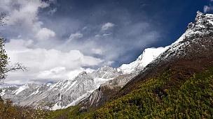 中国四川省稻城雅定国家级保护区山峰。