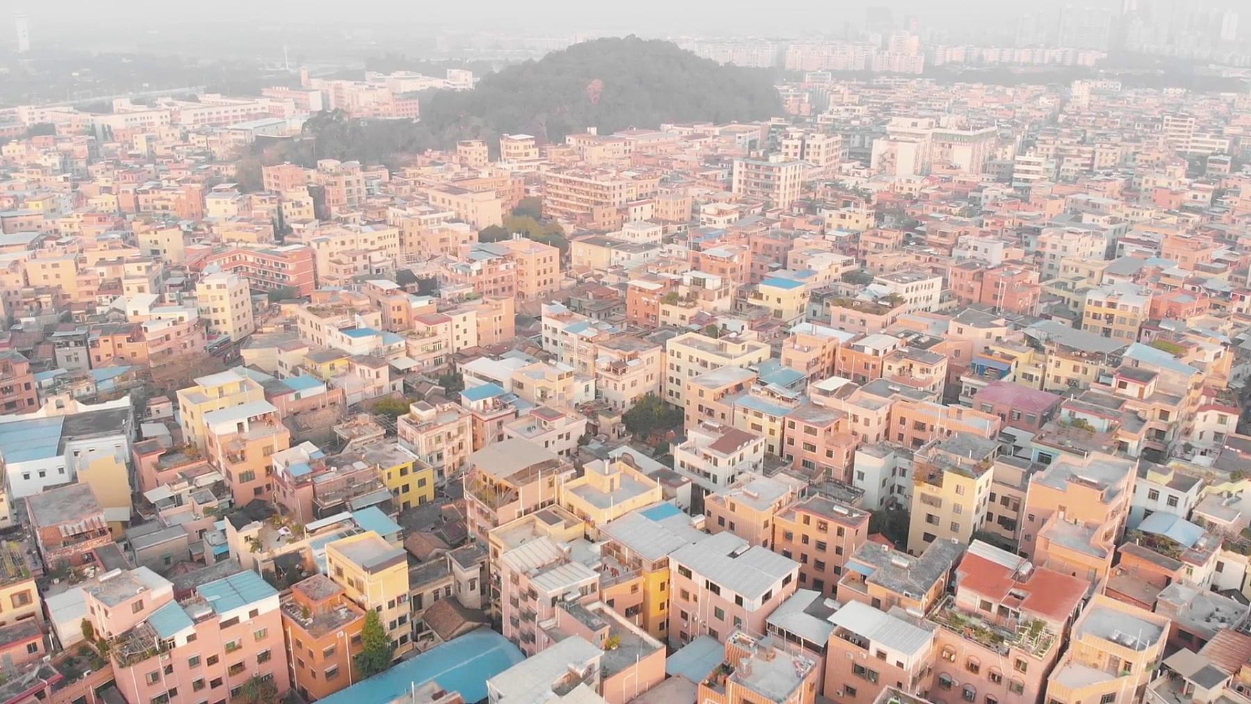 飞过人口稠密的中国地区。典型的中国建筑。中国广州
