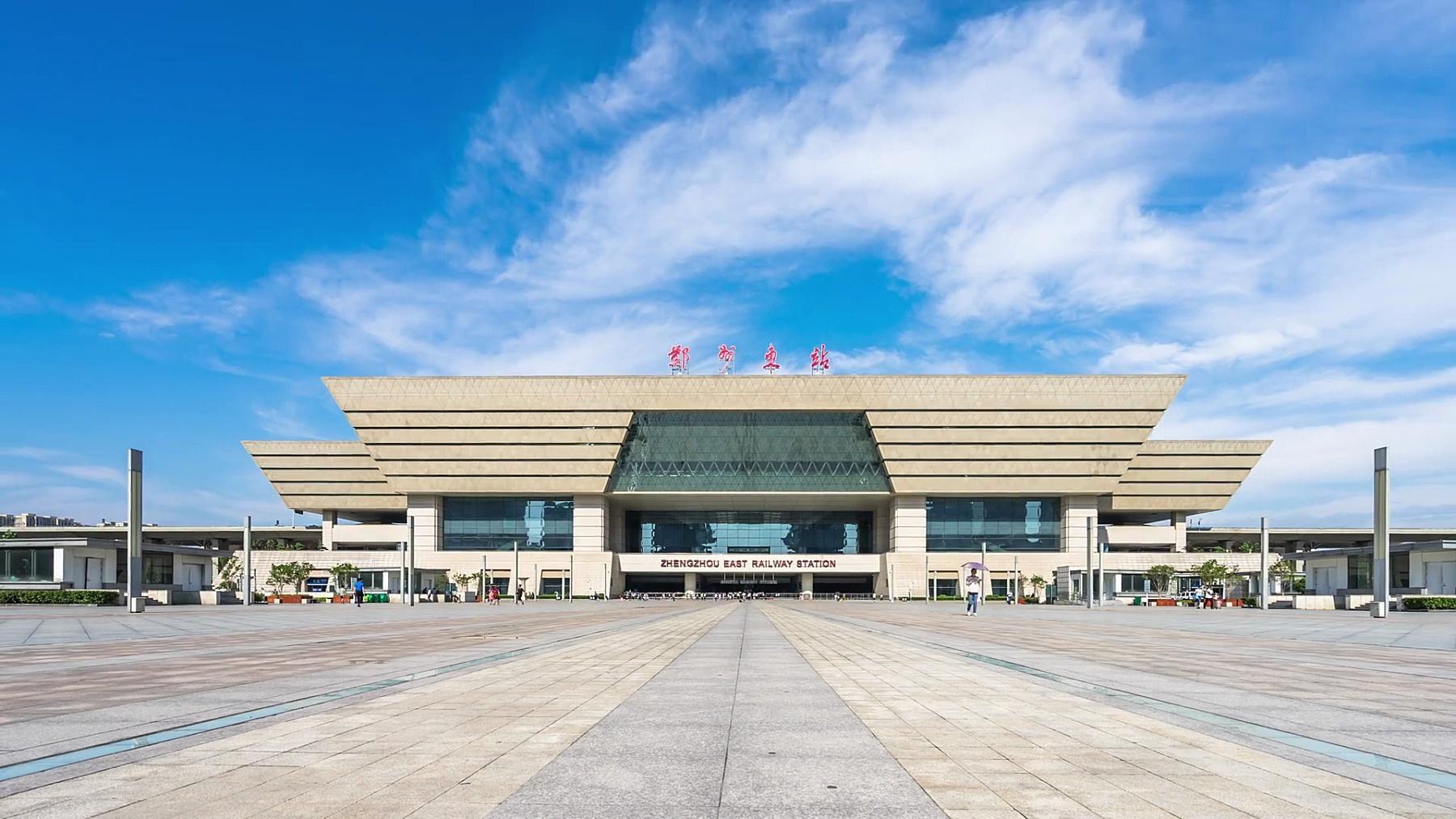 空旷的广场和蓝天中的现代建筑。延时