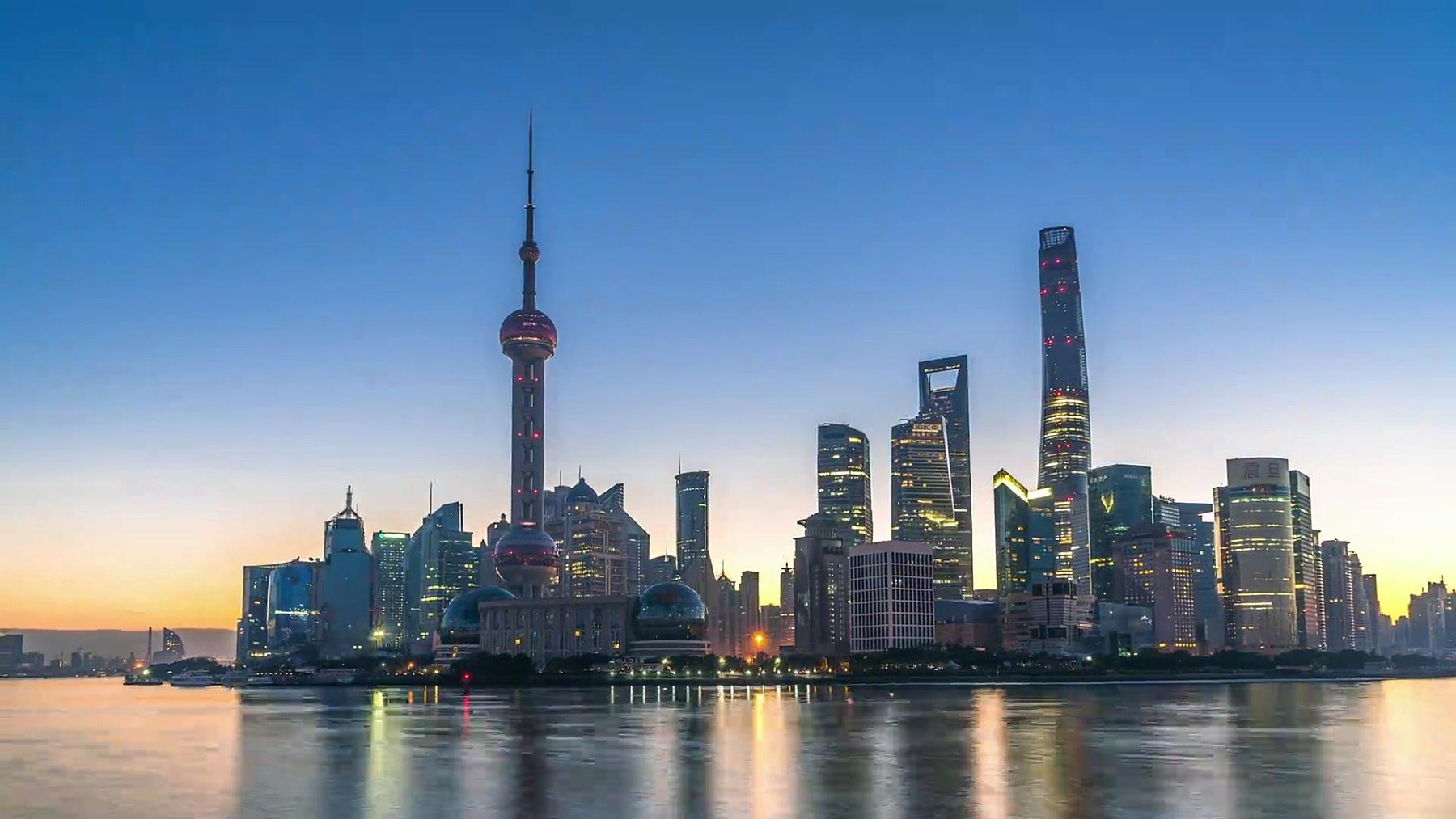 地标东方明珠大厦和上海日出的现代建筑。时间间隔超长