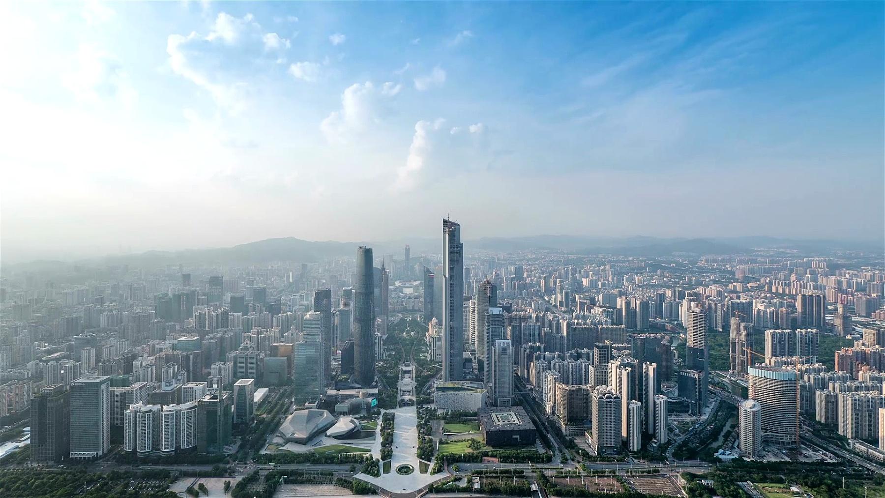 全景鸟瞰广州的天际线,建筑物和交通,延时摄影。