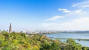蓝天时空中的西湖小山与杭州城市风光