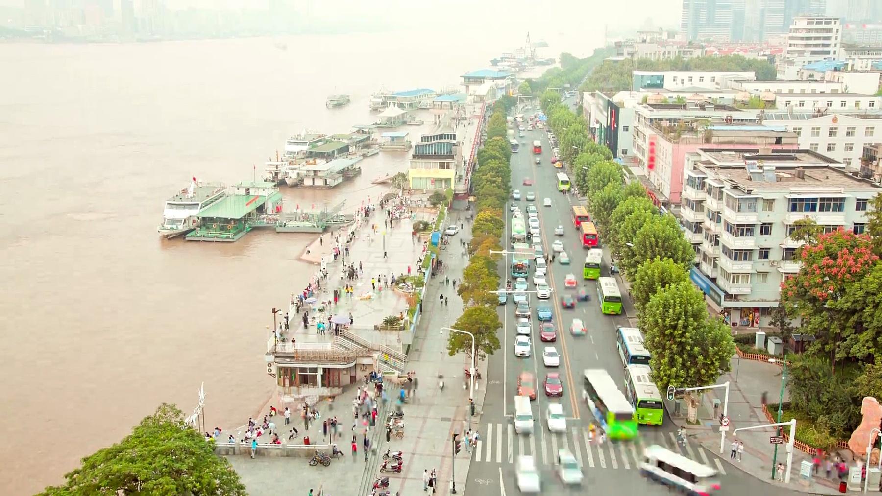 中国湖北武汉码头的延时行人通勤者
