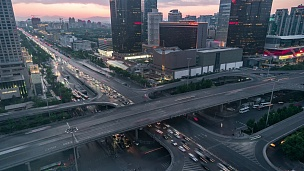T/L MS HA北京中央商务区和道路交叉口,日夜过渡/中国北京