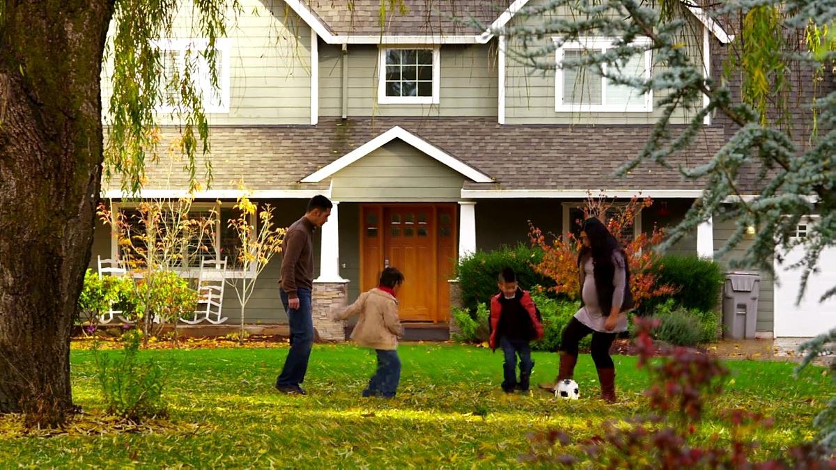 秋天一家人在户外踢足球