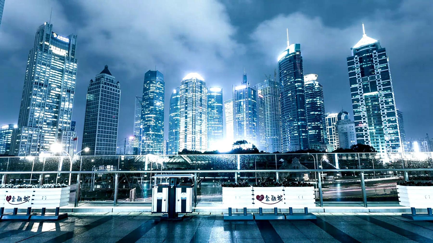 上海夜里繁忙的交通和照亮的城市景观,延时摄影。