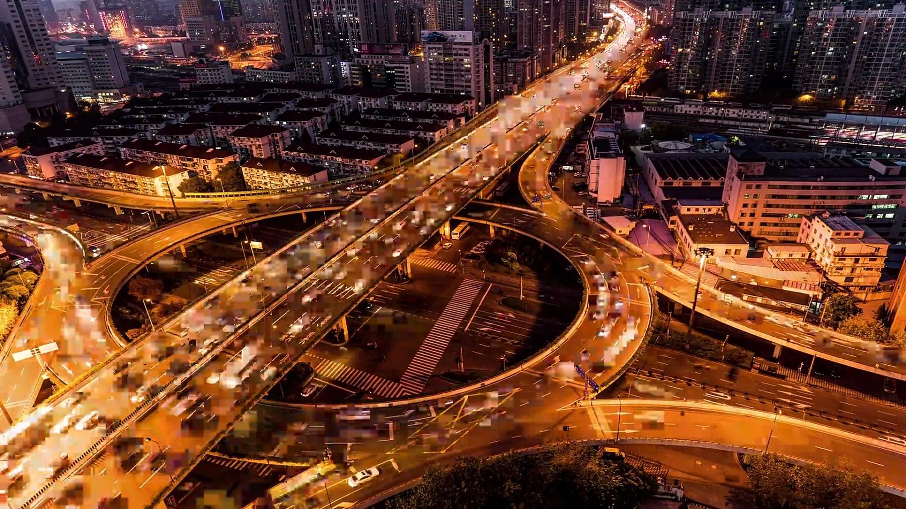 中国上海高速公路和交通的鸟瞰和延时摄影