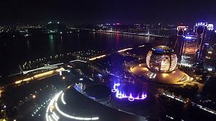 杭州钱塘江附近的现代商业建筑,夜间