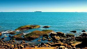 有岩石的海滩