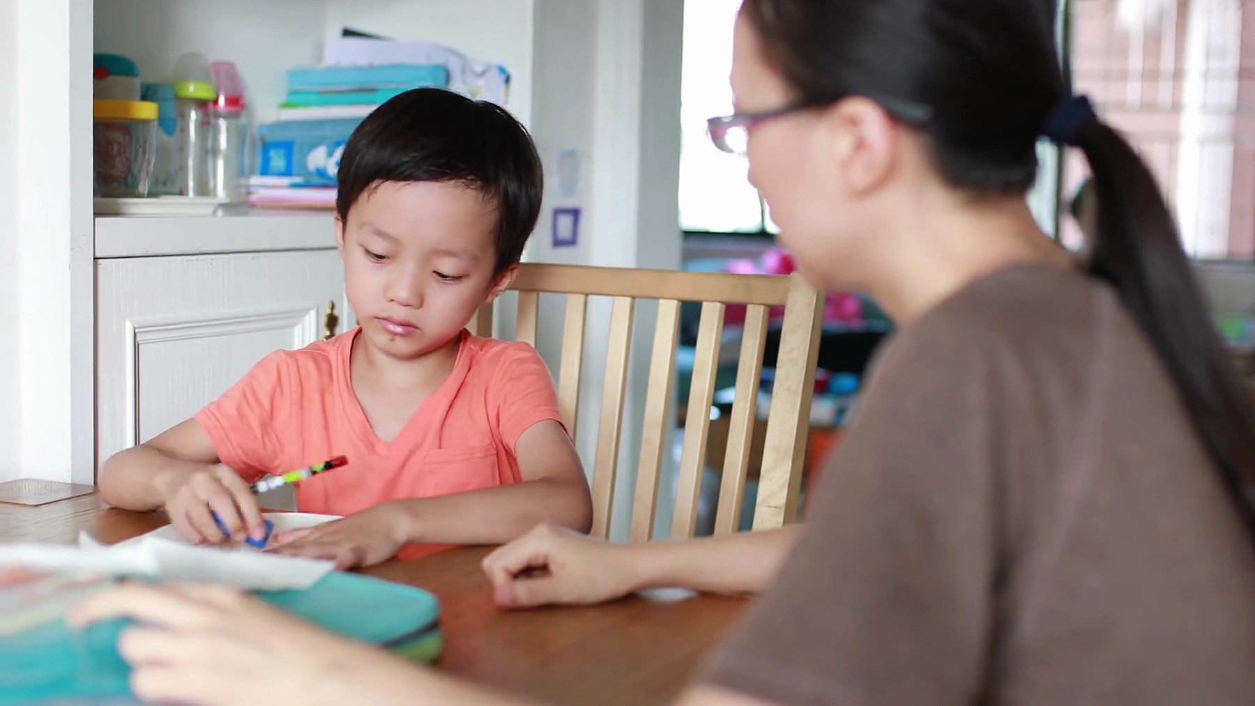 妈妈帮儿子做作业