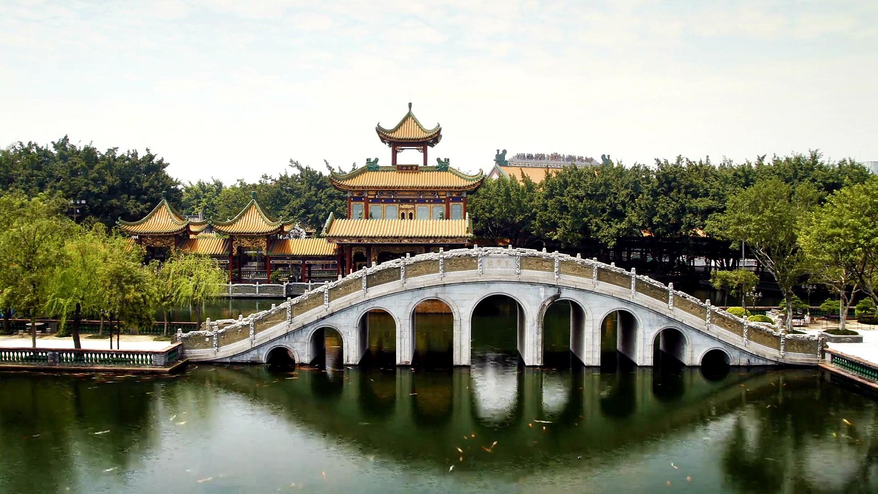 石拱桥和亭子