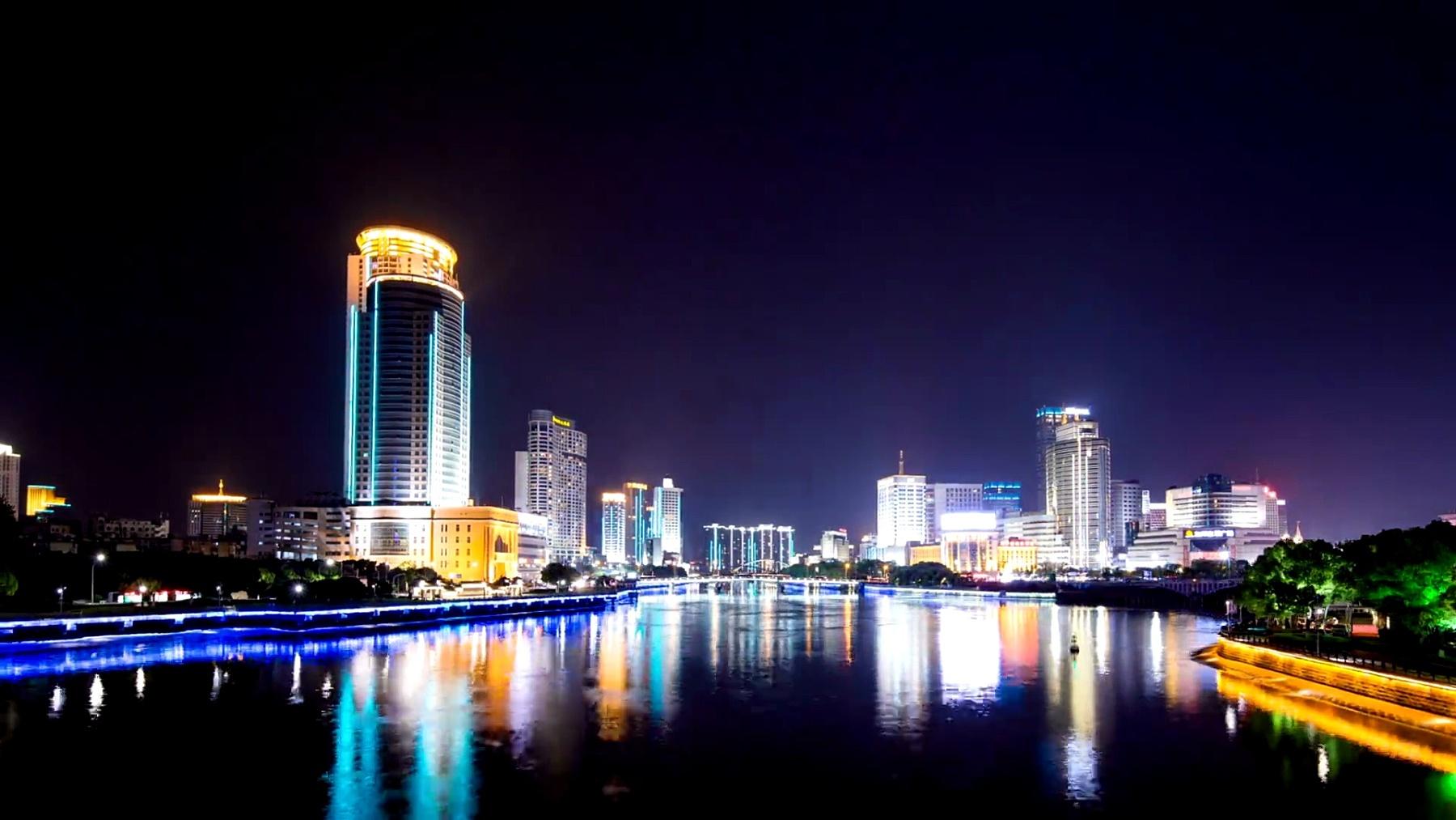 夜里宁波河岸的天际线和照明建筑。