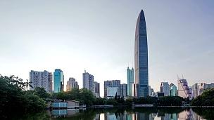 深圳的现代建筑外墙和池塘,夜以继日。延时摄影。