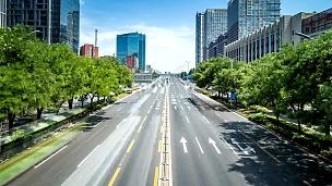 中国北京繁忙的交通和现代建筑的延时摄影。