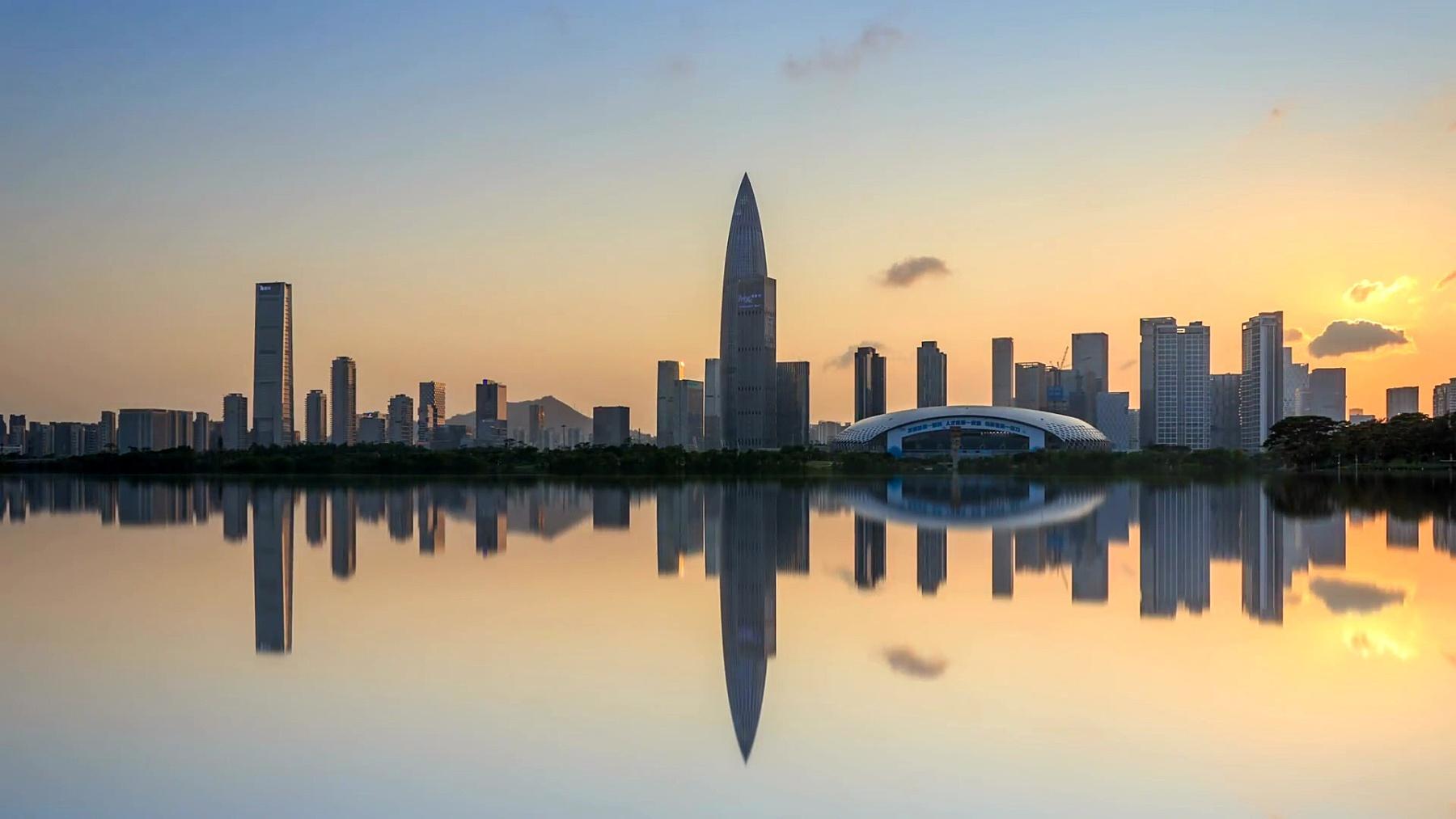 深圳湾公园和后海金融区从黄昏到夜晚/中国深圳。