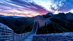天际线,日落时中国长城的云景,时光流逝。