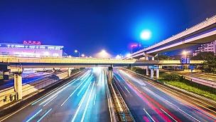 晚上北京高架桥下繁忙的道路交通。timelapse