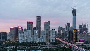 北京CBD区域的T/L PAN鸟瞰,黄昏到夜晚的过渡